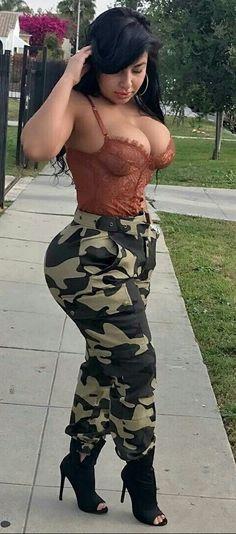 belle femme nu avec livre tenue camouflage erotique
