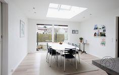 Med en lysskakt i spisestuen får familien også glæde af himmellyset Roof Window, Villa, Dining Table, Loft, Windows, Inspiration, Furniture, Skylights, Design