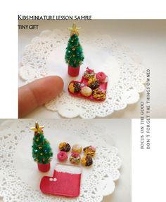 クリスマスものキッズミニチュアレッスンサンプルです。🎄🎄🎄 * お子様向けに少し大きめサイズで粘土をコネコネして作った見本です。焼き色つけたら、お好きにトッピング。トレーにもお絵描きしていただきます。* ドーナツの種類は他にもお選びいただけます。🍩🍩🍩 * 問い合わせお申し込みはプロフィール欄のtiny gift blogより。❄⛄❄ * #kids#miniature#lesson#sample#dollhouse#clayart#fakefood #handmade #finger#instagramjapan #Japan#christmas#christmastree #donuts#tiny#gift#キッズ#ミニチュア#レッスン#ドールハウス#フェイクフード#ドーナツ#クリスマスツリー#クリスマス#手作り#ハンドメイド#上尾市