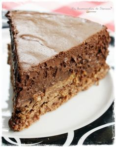 Le Trianon ~ French Chocolate Mousse and Praline Cake Easy Cake Recipes, Sweet Recipes, Dessert Recipes, Cake & Co, Food Cakes, Delicious Desserts, Cupcakes, Food And Drink, Cooking Recipes