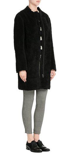 Cosy+par+sa+texture+duveteuse+et+minimaliste+par+sa+coupe+épurée,+ce+manteau+droit+sans+col+confectionné+dans+une+fausse+fourrure+noire+est+signé+Vanessa+Bruno+Athé+#Stylebop