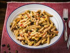 Pittige pastaschotel met gerookte forel Een romige saus met prei en tomaat