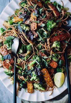 garlic sesame noodles with broccoli, basil & crispy tempeh (vegan)