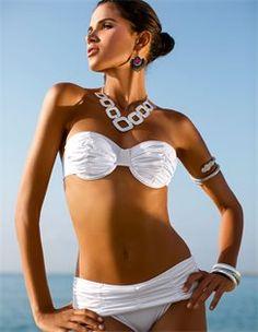 Bikini mit Drapierung, Collier mit grossen Zierelementen