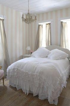 Tessuti chiari in un piccolo locale - Piccola camera da letto luminosa, arredata con tessuti chiari.