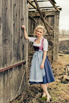 Beautiful colors, especially the bodice of this Oktoberfest dirndl dress Oktoberfest Outfit, Dirndl Dress, Dress Up, Corsage, Blouse Nylon, German Costume, German Outfit, German Women, Folk Costume