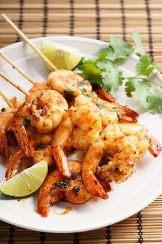 A court d'idées pour recevoir cet été ? ☀️ Découvrez nos 5 recettes pour un apéritif équilibré et gourmand ! 😋   #recettesminceur #pertedepoids #diététique #été #apéritif #alimentationsaine #healthyfood #nutrition #minceur #maigrir Skillet Shrimp, Plats Healthy, Shrimp Skewers, Macaroni Salad, Garlic Shrimp, Holiday Appetizers, 20 Min, Fish And Seafood, Grilling
