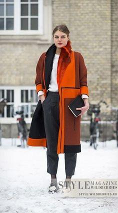 Оранжевый кардиган, белый топ, черные брюки, черные туфли