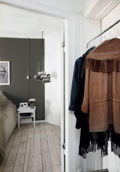 Grå væg i soveværelset