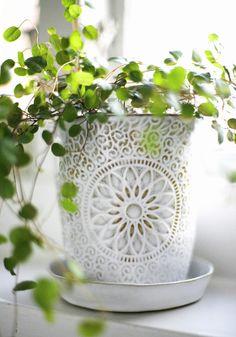 Pot Oriental - Kruka Oriental by Mia Blanche Keramik Home Goods Decor, Home Decor, Pot Jardin, Decoration Plante, White Cottage, Moroccan Style, Modern Moroccan, Jar Storage, Green Plants