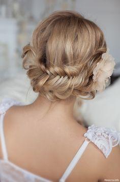 Воздушное плетение французской косы. Украшенное искуственым цветком, Образ невесты, Свадебные прически и макияж
