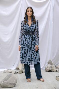 Vestido camisero azul con cinturón Marella, pantalón azul con jareta Liz Claiborne, sandalias beige de pulsera Nine West y aretes de flecos azul MAP.