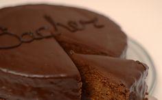 Jistě tento dort všichni známe a moc nám chutná. Nám tedy ano. Tento dort je skvělá volba pro hosty, ale také jako jednoduchý narozeninový dort. Když jsme dělali tento dort k narozeninám babičce, ostudu jsme tedy neudělali, neměli jsme se za co stydět. Dortík se snědl okamžitě. Takže to byl důkaz, že chutnal všem. Pojďte …