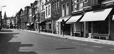 1964. De Voorstraat. Toen het woord 'koopzondag' nog verzonnen moest worden.....