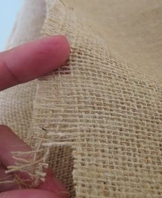How To Cut Burlap So That it Won't Unravel - Painted Furniture Ideas Burlap Projects, Burlap Crafts, Craft Projects, Sewing Projects, Sewing Hacks, Sewing Crafts, Sewing Ideas, Burlap Wreath Tutorial, Bow Tutorial