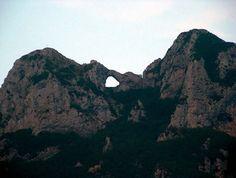 Il luogo dove la terra si sposa con il cielo Monte Forato – Alpi Apuane (Toscana) #TuscanyAgriturismoGiratola