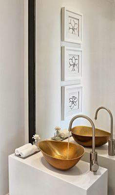reforma baño (presupuestON.com) con lavabo metálico y grifo independiente sobre mueble blanco rectangular.