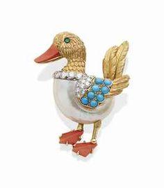 CLIP COQUILLAGE, CORAIL, TURQUOISE, ÉMERAUDE ET DIAMANTS, PAR CARTIER Figurant un canard, le ventre en coquillage (fêlures), le bec et les pattes en Corail, le col serti d'une ligne de Diamants ronds, les ailes serties de Diamants ronds et de Turquoises cabochons, l'œil ponctué d'une ÉMERAUDE ronde - 22.40 gr., monture en Or jaune 18K (750) et Platine (850), poinçons français. Signé Cartier Paris, no.013533. Price realised  EUR 39,900 - USD 44,442