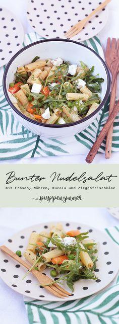 Bunter Nudelsalat mit Erbsen, Möhren, Rucola und Ziegenfrischkäse #nudelsalat #salat #grillen #sommer