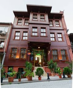 Le Safran Suite Istanbul Centrally located in Istanbul's historic Sultanahmet area, this 130-year-old wooden Ottoman residence offers suites with a separate bedroom and a living room. It has free WiFi and a daily housekeeping service.
