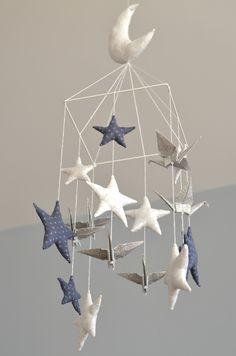 """Mobile """"vol de nuit"""": Etoiles tissus (blanches, orage et argent) et grues en origami / Modèle déposé"""
