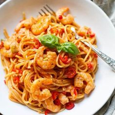 Pasta with shrimps and tomato-cream sauce min!) - cooking carousel - The pasta with shrimp and tomato cream sauce are absolute soul food! Quick, easy and like from your - Healthy Gluten Free Recipes, Healthy Pasta Recipes, Shrimp Recipes, Clean Eating Recipes, Slow Cooker Recipes, Cooking Recipes, Camelo, Tomato Cream Sauces, Shrimp Pasta