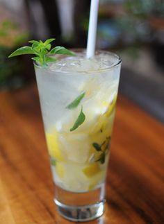 Ingredientes    2 doses (100 ml) de vodca   1 limão-siciliano cortado em cubos   2 ramos manjericão fresco   2 colheres (sopa) deaçúcar   5 pedras de gelo