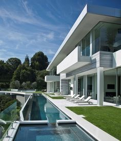Long #swimming #pool and back facade of modern #home in Los Angeles. More pictures of this house: http://www.worldofarchi.com/2013/05/large-modern-home-with-lovely-city.html