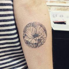 Hand poked poppy tattoo on the left inner forearm. Artista Tatuador: Sarah March