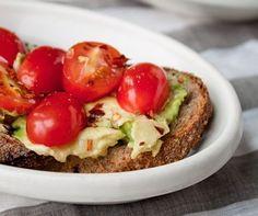 Avocado este un adevarat superstar in materie de alimentatie. Potrivit unei analize facute de The Wall Street Journal, vanzarile de avocado au crescut foarte mult in 2012. Ba chiar a ajuns un ingredient de nelipsit si in bucatariile restaurantelor fast-food.