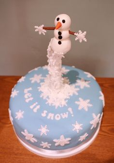 This snowman cake is an alternative to a rich fruit cake at Xmas and will be real hit with children (and the big kid in you! Christmas Cake Topper, Christmas Tree Cake, Christmas Cake Decorations, Christmas Eve, Gravity Cake, Gravity Defying Cake, Christmas Cakes Images, Snowman Cake Pops, Snow Cake