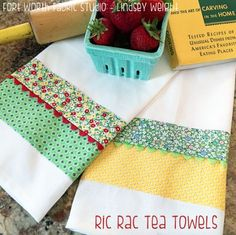 Turn Plain Towels Into Charming Kitchen Decor - Quilting Digest Ric Rac Tea Towels Pattern Dish Towel Crafts, Dish Towels, Diy Tea Towels, Hand Towels, Easy Sewing Projects, Sewing Hacks, Sewing Crafts, Weaving Projects, Rugs