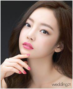 [스타 메이크업] 질투를 부르는 립스틱! 카라 구하라의 엔비 샤인 메이크업 룩 < 웨딩뉴스 < 웨딩검색 웨프