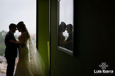 El amor empieza con una sonrisa, crece con un abrazo y termina con un beso. #love  #beso #bodas #wedding #photography  #fotógrafodebodas #novios #reflejo