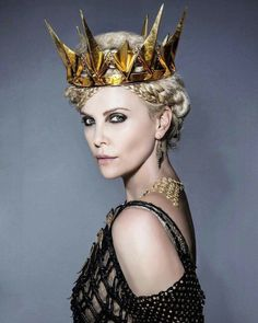 "Charlize Theron, as 'Queen Ravenna', ""The Huntsman: Winter's War"", Charlize Theron, Ravenna Snow White, Queen Ravenna, Snowwhite And The Huntsman, Colleen Atwood, Arte Fashion, Queen Costume, Movie Costumes, Ice Queen"