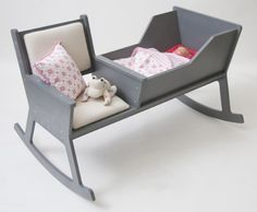 Rockid, a rocking chair and cradle in one! While softly swinging the rocking chair and reading a book or singing a lullaby, the baby falls asleep. When the baby outgrows the cradle, it is possible to reconstruct the Rockid into a rocking chair. Deco Kids, Happy Parents, Young Parents, Happy Mom, Diy Bebe, Everything Baby, Baby Love, Mom Baby, Baby Twins