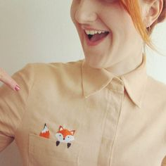 Fox embroidered pocket If any of you have ever tried your hand at embroidery, check out this Fox embroidered pocket, isn't it just so adorable! A great way to bring a plain shirt to life, and a bit of fun… Embroidery On Clothes, Shirt Embroidery, Embroidered Clothes, Hand Embroidery Patterns, Embroidery Designs, Ethno Style, My Pocket, Fun Crafts For Kids, Diy Shirt