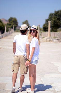เสื้อยืดขาว หมวกเฟโดร่า กางเกงขาสั้นผ้าชิโน รองเท้าผ้าใบ ดูน่าสบายจัง