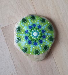 Deko-Objekte - Mandala in grün - mit Acryl bemalter Stein - ein Designerstück von -Syri- bei DaWanda