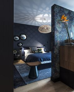 Eclectic bedroom with dark blue walls and rich textile details Dark Blue Bedrooms, Blue Gray Bedroom, Blue Bedroom Decor, Romantic Bedroom Decor, Blue Rooms, Blue Walls, Modern Bedroom, Bedroom Ideas, Contemporary Bedroom
