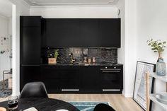 Musta keittiö on aina tyylikäs. Välitilaan valittu kivilaatta elävöittää mattamustia kaappeja. Kitchen Dining, Kitchen Cabinets, Studio Apartment, Flat Screen, Interior, Helsinki, Home Decor, Blood Plasma, Studio Apt