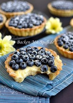 Tartelettes mit Crème Pâtissière und Sommerfrüchten Tartlets with Pastry Cream und Sommerfrüchten Related posts: Low Carb Chocolate Peanut Butter Bars Oven Baked Berry Cheesecake Chimichangas Chocolate Dipped Strawberry Cheesecake Individual Berry Trifles Puff Pastry Recipes, Pie Recipes, Dessert Recipes, Cream Recipes, Brownie Recipes, Cookie Recipes, Snack Recipes, Dessert Simple, Food Cakes
