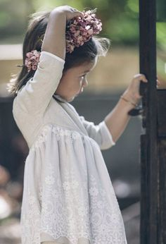 Preciosa niña con corona de flores- Invitada perfecta. #Blog #Innovias