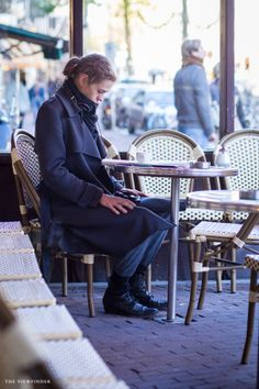 reading peacefully amsterdam street style | ©THE VIEWFINDER