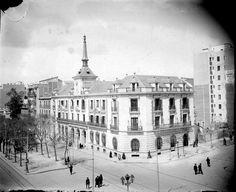 Bulevar de Alberto Aguilera en 1930 Foto Madrid, Santa Ana, Aguilera, Paris Skyline, Louvre, Building, Travel, Vintage, Nostalgia