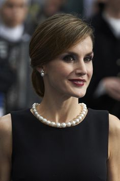 Pin for Later: 30 Styling Tricks We're Stealing From Queen Letizia and Never Giving Back Pearls Will Never Go Out of Style Estilo Real, Royal Fashion, Timeless Fashion, Pearl Necklace Outfit, Pearl Necklaces, Style Royal, Queen Letizia, French Chic, How To Look Classy