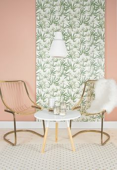 Zitgedeelte met gouden stoelen en een bijzettafel   Seating area with golden chairs and a sidetable   pt,
