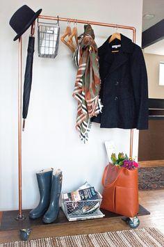 Aprende paso a paso a hacer tu propio riel con soporte de estilo industrial para organizar toda tu ropa!