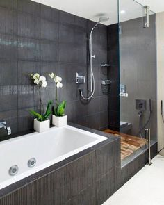 ากังวลว่าการใช้กระเบื้องสีเทาตกแต่งห้องน้ำจะทำให้ห้องดูมืดทึบจนเกินไป ลองเลือกชนิดที่มีพื้นผิวหรือมีลวดลายเป็นเส้นบางๆ มาเพิ่มรายละเอียดและช่วยลดความแข็งกระด้างให้กับห้องน้ำแทนครับ ภาพ: pinterest