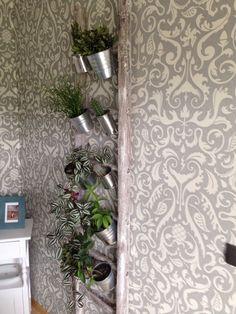 Alte Leiter farbig anstreichen und alte Konservendosen an die Sprossen schrauben. Fertig ist die Blumenleiter. Materialkosten ca.5,-€